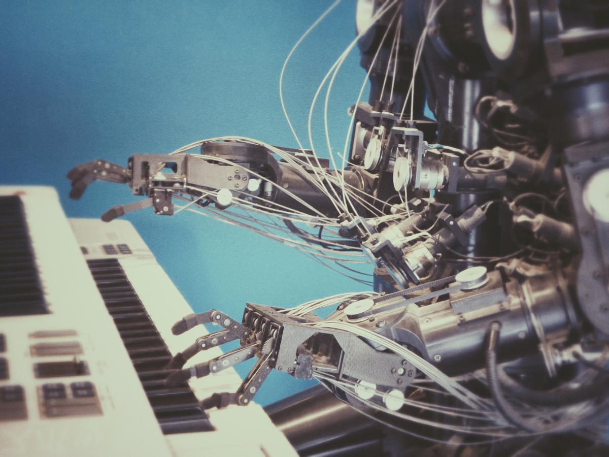 Roboter übernimmt musische Aufgabe und spielt ein Instrument